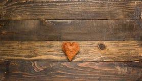 Biscuit en forme de coeur sur le fond en bois Images libres de droits