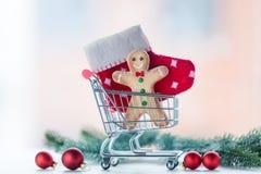 Biscuit et chaussette de Noël dans le caddie Photographie stock