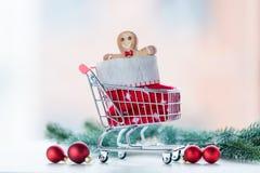 Biscuit et chaussette de Noël dans le caddie Photo libre de droits