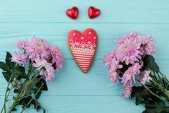 Biscuit et fleurs en forme de coeur Photos stock