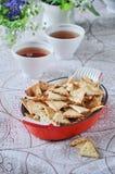 Biscuit fait à la maison triangulaire avec le sésame noir et blanc image stock