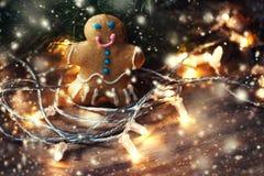 Biscuit fait maison de bonhomme en pain d'épice de Noël sur la table en bois avec Photo libre de droits