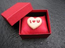 Biscuit fait maison en forme de coeur de Valentine avec un amour vous message décoré du glaçage rose et rouge Image stock