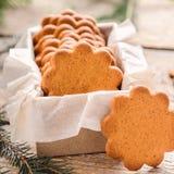 Biscuit mince doux de gingembre dans le boîte-cadeau sur un fond en bois Pâtisserie de fête images libres de droits