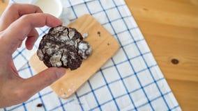 Biscuit mordu en main photographie stock libre de droits