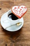 Biscuit pour la Saint-Valentin avec du café de tasse Photos stock