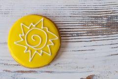 Biscuit rond avec le glaçage jaune Images libres de droits