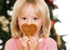 Biscuit sentant de pain d'épice de garçon Photo libre de droits