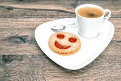 Biscuit souriant de visage de café de tasse Déjeuner drôle Photo stock