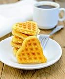 Biscuit sous forme de coeur d'un plat Images stock