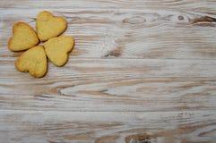 Biscuit sur la célébration en bois de vacances de St Patrick St Valentine de coeurs de trèfle de feuille de fond photos libres de droits