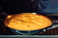 Biscuitgebak in de oven wordt gebakken die stock foto
