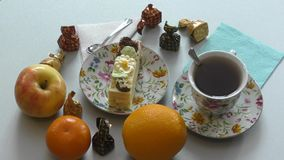 Biscuitgebak en een kop thee stock videobeelden