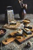 Biscuitgebak met de laag van het papaverzaad, met witte chocoladekrullen en gesneden amandel wordt verfraaid die Royalty-vrije Stock Foto's