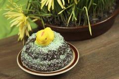 De kip van de marsepein op cake royalty-vrije stock foto
