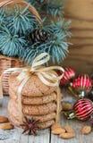 Biscuits épicés avec des amandes Cadeaux de Noël Biscuits ronds, attachés avec le ruban photographie stock