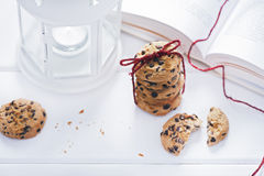 Biscuits américains avec du chocolat à côté du livre Image libre de droits