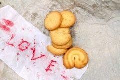 Biscuits avec amour de papier de mot Photos libres de droits