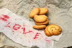 Biscuits avec amour de papier de mot Photo stock