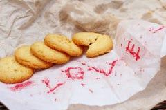 Biscuits avec amour de papier de mot Images libres de droits