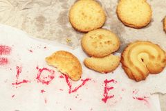 Biscuits avec amour de papier de mot Photo libre de droits