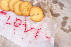 Biscuits avec amour de papier de mot Photos stock