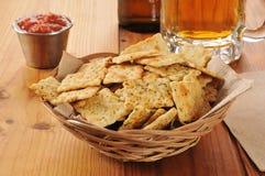 Biscuits avec de la bière photo stock