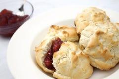 Biscuits avec de la confiture de fraise Images libres de droits