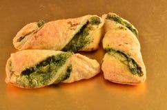 Biscuits avec de la salade de thon du plat en bois images libres de droits