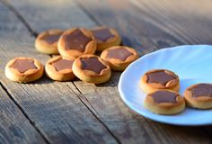Biscuits avec des étoiles de chocolat Images libres de droits