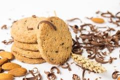 Biscuits avec des amandes et des morceaux de chocolat Photographie stock libre de droits