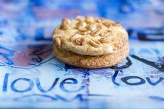 Biscuits avec des arachides d'un plat bleu Biscuits en gros plan photos libres de droits