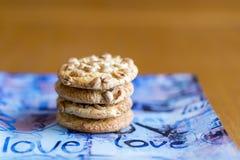 Biscuits avec des arachides d'un plat bleu Biscuits en gros plan L'inscription sur l'amour de plats Photo stock