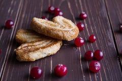 Biscuits avec des baies Images stock