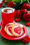 biscuits avec des coeurs et roses pour la Saint-Valentin Photo stock