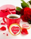biscuits avec des coeurs et roses pour la Saint-Valentin Image stock