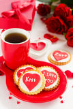 biscuits avec des coeurs et roses pour la Saint-Valentin Images stock
