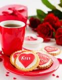 biscuits avec des coeurs et roses pour la Saint-Valentin Photographie stock libre de droits