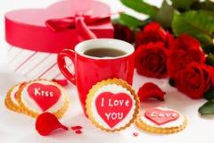 biscuits avec des coeurs et roses pour la Saint-Valentin Image libre de droits