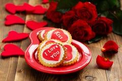 biscuits avec des coeurs et roses pour la Saint-Valentin Photographie stock