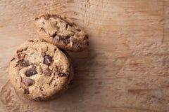 Biscuits avec des puces de chocolat sur une table en bois Vue supérieure avec l'espace de copie photo libre de droits