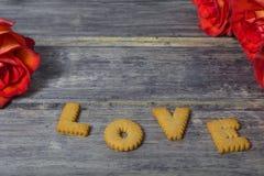 Biscuits avec des roses sur le fond en bois Images stock
