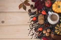 Biscuits avec du café blanc photographie stock