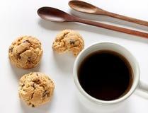 Biscuits avec du café de tasse sur le blanc Image libre de droits