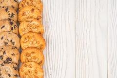 Biscuits avec du chocolat et l'arachide sur la vieille table en bois Image libre de droits