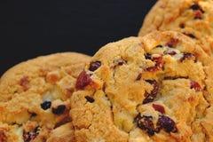 Biscuits avec du chocolat et les canneberges blancs images stock