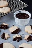Biscuits avec du chocolat fondu, fondue de chocolat Photos stock