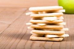 Biscuits avec du fromage coupé en tranches Image libre de droits