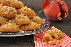 Biscuits avec du miel et des noix Photographie stock libre de droits