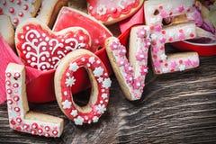 Biscuits avec l'amour de mot et le jour de valentines des numéros 14 Photo stock